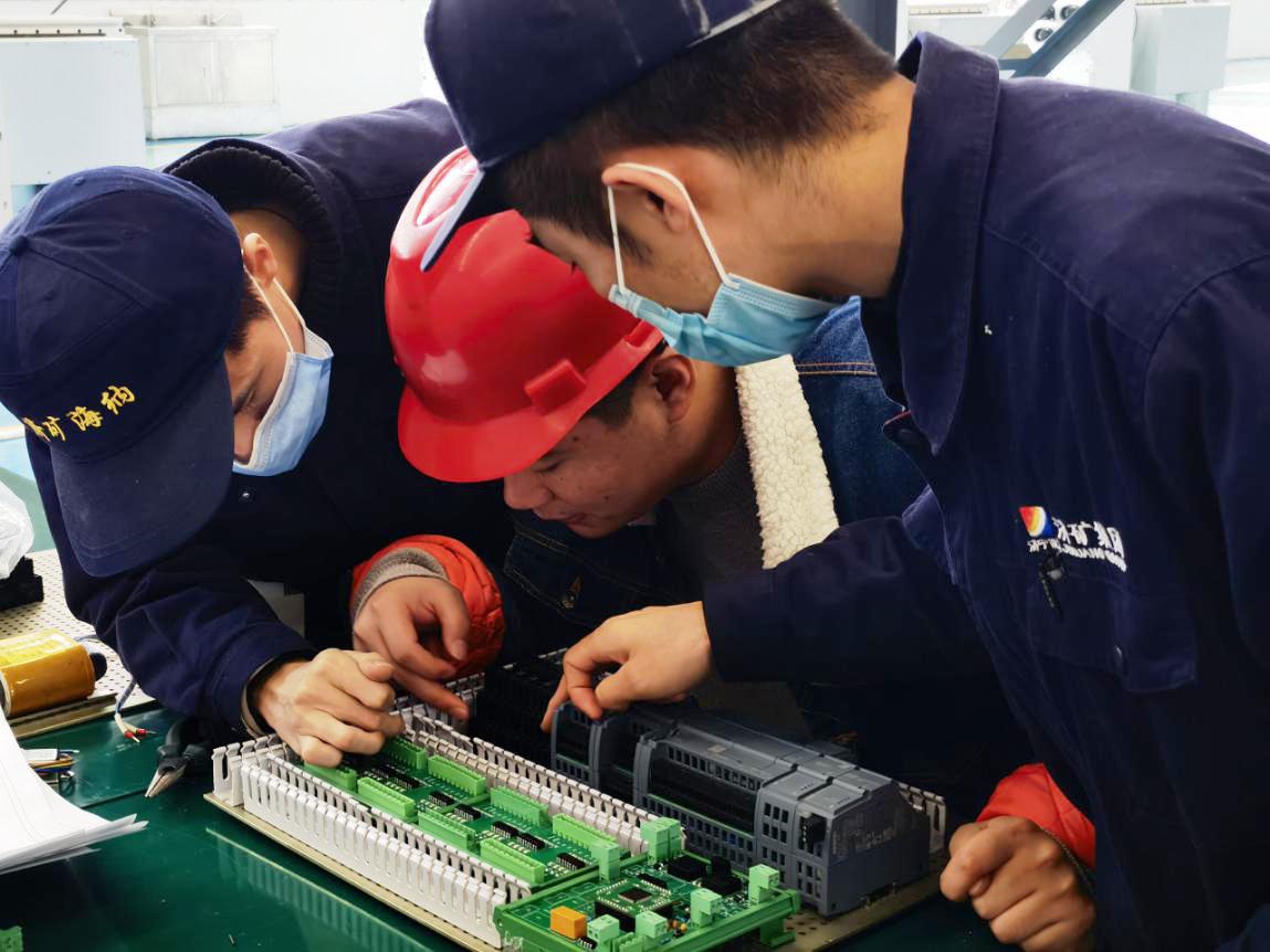 安居煤礦與海納科技的技術人員正在調試控制系統.png